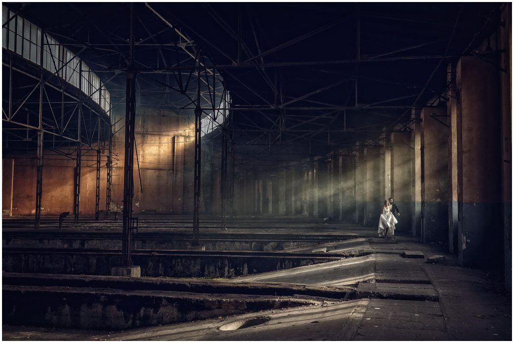 sesja ślubna w stylu industrialnym, zdjęcia w zniszczonej parowozowni