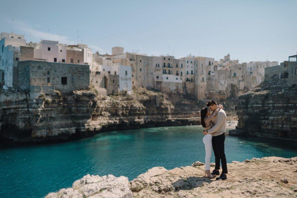 Sesja pary w Polignano a Mare, zdjęcia we Włoszech