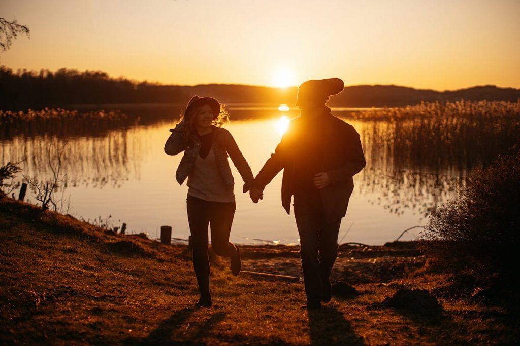 Zakochana Para Sesja naj jeziorem o zachodzie słońca