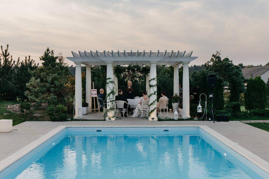 Ślub nad basenem w Miętowych Wzgórzach