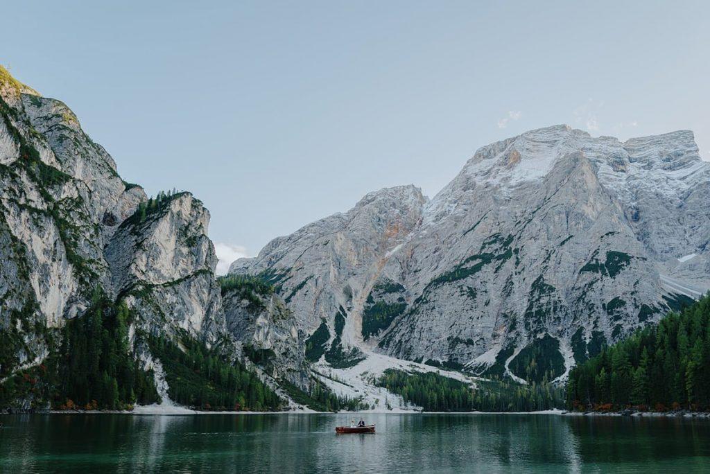 Lago di Braies sesja ślubna nad jeziorem we Włoszech