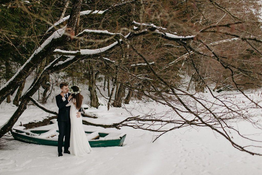 Zimowa sesja ślubna nad jeziorem